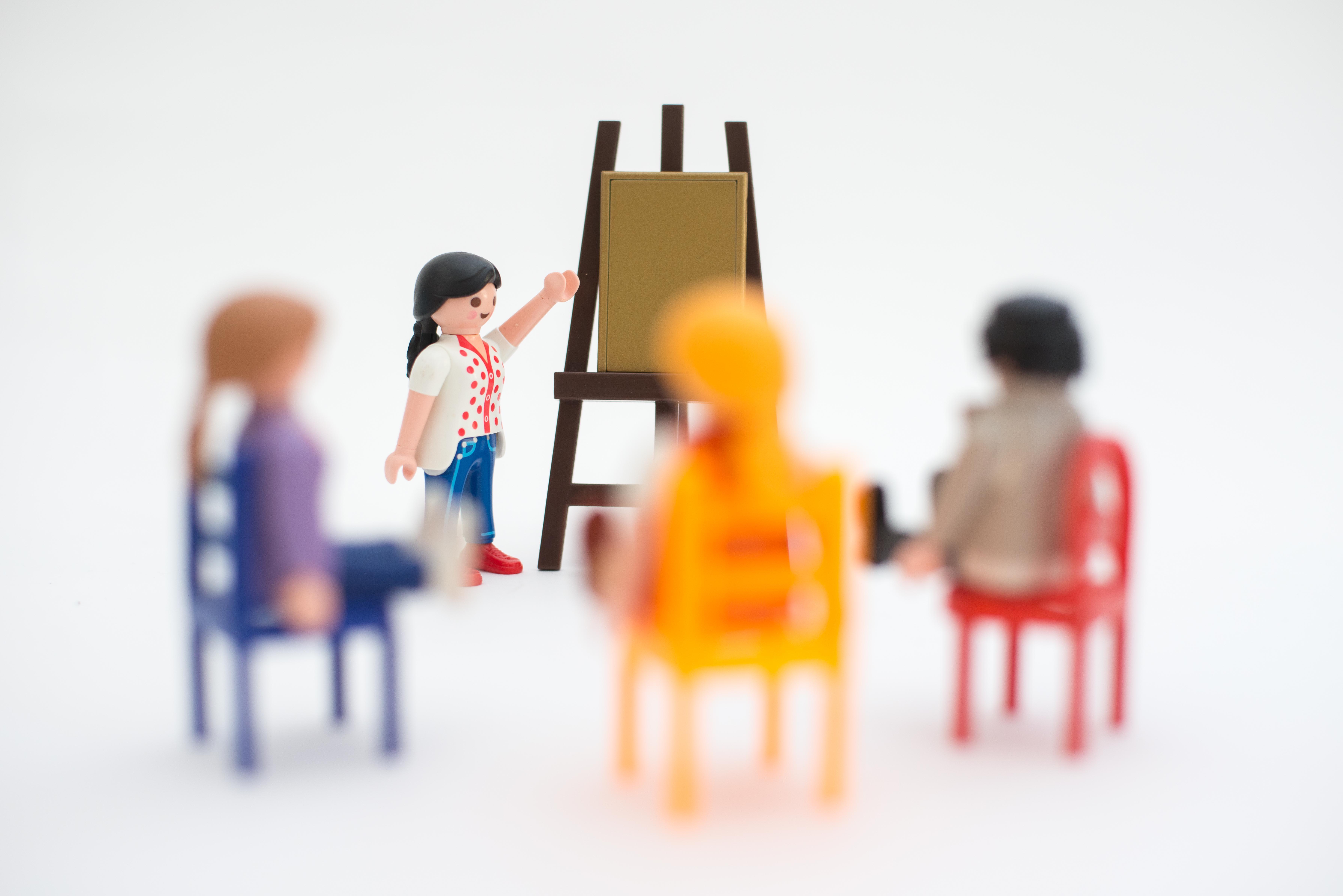 Caroline Franssen geeft les over de Beeldkracht methodiek (animatie met playmobil_